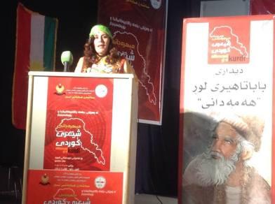 خانم مائده قادرى هنگام سخنرانى در كنفرانس  بژرگداشت بابا طاهر همدانى در كردستان عراق